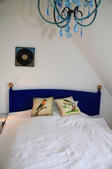 villa schokominza schlafzimmer mit blauem bett sch nes ferienhaus ferienhaus gr mitz. Black Bedroom Furniture Sets. Home Design Ideas